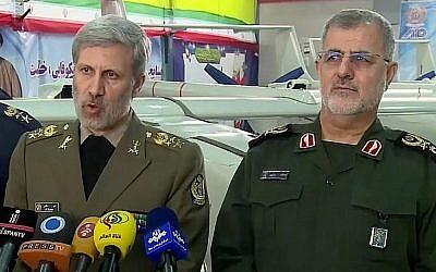 Capture d'écran d'une vidéo du brigadier général des forces iraniennes Amir Hatami, à gauche, aux côtés du commandant des forces terrestres du corps des gardiens de la révolution islamique Mohammad Pakpour lors de l'inauguration d'une ligne de production de drones à Téhéran, le 5 février 2018 (Capture d'écran : YouTube)