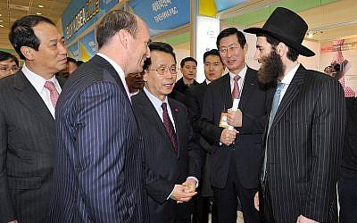 Le rabbin Osher Litzman en compagnie du Premier ministre coréen de l'époque, Han Seung-soo. (Courtesy)