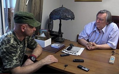 Alexandre Prokhanov rencontre Aleksey Mozgovoy, chef de la milice de Lougansk, le 7 août 2014 (Crédit : Wikipedia)