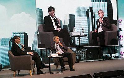 Tamir Pardo, à droite, ancien directeur du Mossad, s'adressant aux participants à la deuxième conférence semestrielle de la Fédération des autorités locales, au Centre des congrès de Tel-Aviv, le 13 février. (Autorisation)