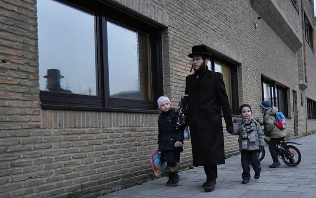Un père ultra-orthodoxe emmène ses enfants à l'école Jesode Hatorah d'Anvers (Photo d'illustration :  Cnaan Liphshiz/JTA)