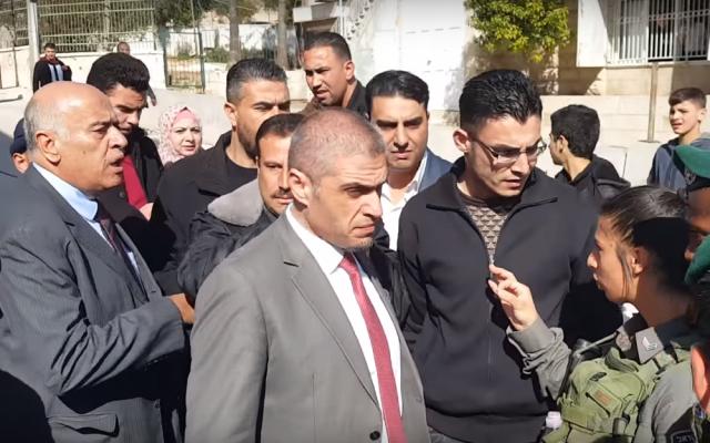 Le haut responsable du Fatah, Jibril Rajoub (à gauche) hurle sur une femme de la police des frontières lors d'une altercation dans la ville d'Hébron en Cisjordanie le 14 février 2018. (Capture d'écran: YouTube)