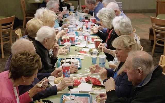 """Des personnes âgées de Sun City à Palm Springs, en Californie, se rassemblent pour le repas du Shabbat au fast-food Wendy's, comme on le voit dans le court-métrage """"Wendy's Shabbat"""" (Autorisation : 3 Penny)"""