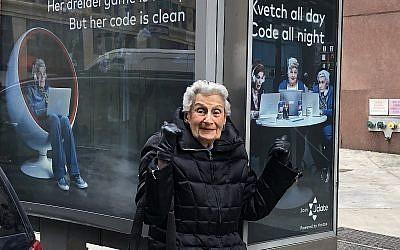 Bea Slater devant certains publicités où son visage apparaît (Crédit : autorisation Mitch Slater/via JTA)