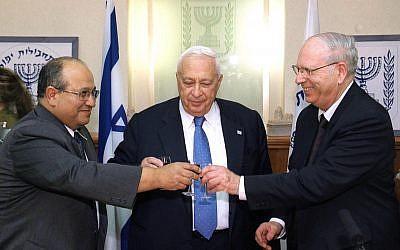 Meir Dagan, à gauche, prend la tête du Mossad après Efraim Halevy, alors que le Premier ministre observe la scène, le 12 décembre 2002 (Crédit : Flash90)