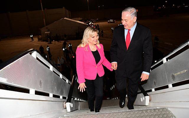 Le Premier ministre Benjamin Netanyahu et son épouse Sarah Netanyahu embarquent à l'aéroport Ben-Gurion pour se rendre à Munich, le 15 février 2017 (Crédit : Amos Ben Gershom/GPO)