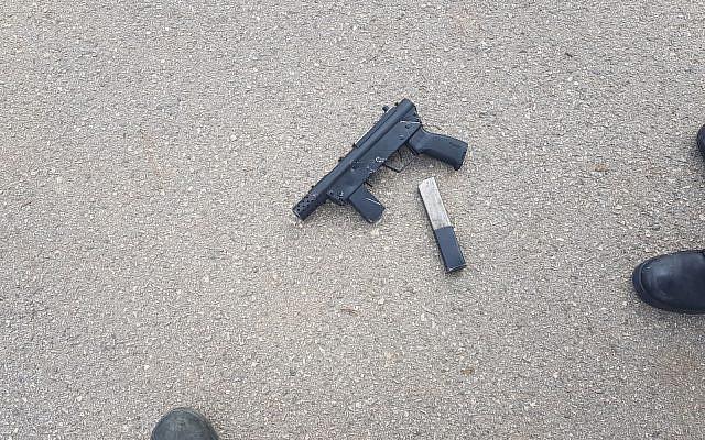 Une arme artisanale qu'un Palestinien a tenté d'introduire au tribunal militaire de Samarie, le 18 février 2018 (Crédit : Police israélienne)