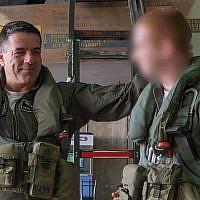 Le chef des forces aériennes israéliennes, le général de division, Amikam Norkin, à gauche, aux côtés du major 'Aleph,' navigateur d'un F-16 abattu par des tirs antiaériens syriens, alors que ce dernier va remonter pour la première fois dans un avion , le 19 février 2018 (Crédit : Armée israélienne) t