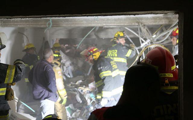 Les services d'urgence sur le site d'une explosion de gaz dans un garage souterrain de la rue Dan à Jérusalem le 20 février 2018 (Crédit : Police israélienne)