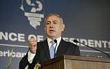 Le Premier ministre Benjamin Netanyahu s'adressant à la délégation de la Conférence des présidents des principales organisations juives à Jérusalem le 21 février 2018 (Crédit : Avi Hayoun / Conférence des présidents)