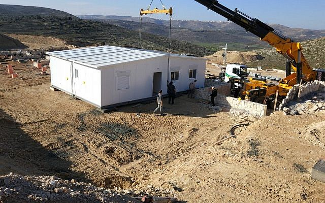 La première caravane est placée sur le terrain de la nouvelle implantation d'Amichai, pour les évacués de l'avant-poste illégal d'Amona, le 21 février 2018 (Autorisation : Evacués d'Amona)