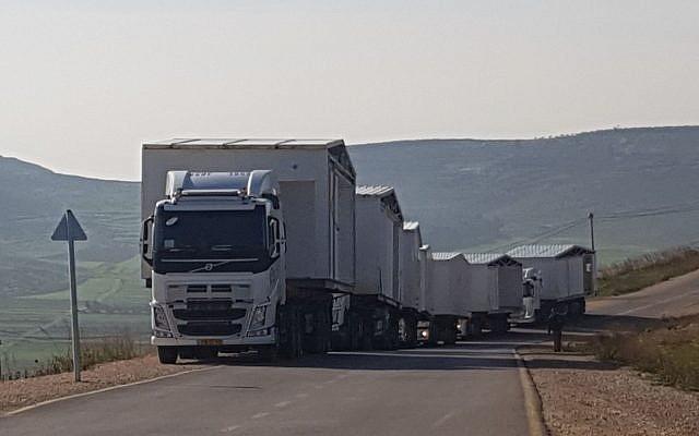 Des camions transportent les premières caravanes qui seront placées sur les terrains de la nouvelle implantation d'Amichai pour les évacués de l'avant-poste illégal d'Amona, le 21 février 2018 (Autorisation : Evacués d'Amona)
