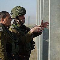 Le colonel Kobi Heller, chef de la brigade du sud de Gaza, à droite, et le général de division Eyal Zamir, commandant en chef du Commandement sud de Tsahal, visitent le passage de Kerem Shalom le 14 janvier 2018, où un tunnel d'attaque présumé du Hamas a été découvert et détruit par l'armée la veille. (Forces de défense israéliennes)