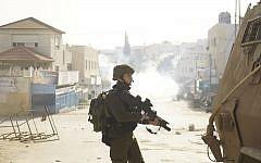 Les soldats de l'armée israélienne dans le secteur de Jénine, le 3 février 2018, à la poursuite d'Ahmed Jarrar, soupçonné du meurtre du rabbin Raziel Shevach. (Crédit : Armée israélienne)