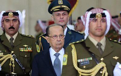 Le président libanais Michel Aoun (au centre) passe en revue la garde d'honneur lors d'une cérémonie officielle de bienvenue à l'aéroport de Marka, à Amman, le 14 février 2017 (Photo AFP / Pool / Khalil Mazraawi)