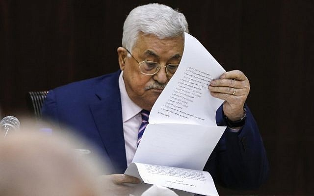 Le président de l'Autorité palestinienne Mahmoud Abbas lit des notes alors qu'il préside une réunion du Comité exécutif de l'Organisation de libération de la Palestine au siège de l'Autorité palestinienne à Ramallah, en Cisjordanie, le 3 février 2018 (AFP PHOTO / ABBAS MOMANI)