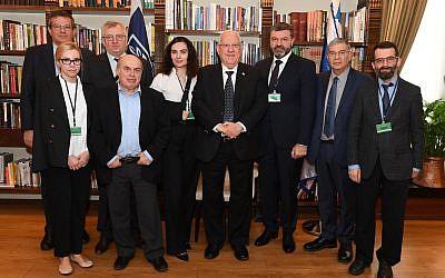 Le président israélien Reuven Rivlin et les dirigeants du Centre commémoratif de l'Holocauste de Babi Yar (BYHMC) le 8 février 2018 (Crédit : Mark Neiman / GPO)
