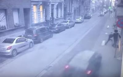 Un juif orthodoxe et son fils sont visés par une voiture bélier samedi matin à Anvers - Belgique. (Capture d'écran YouTube)