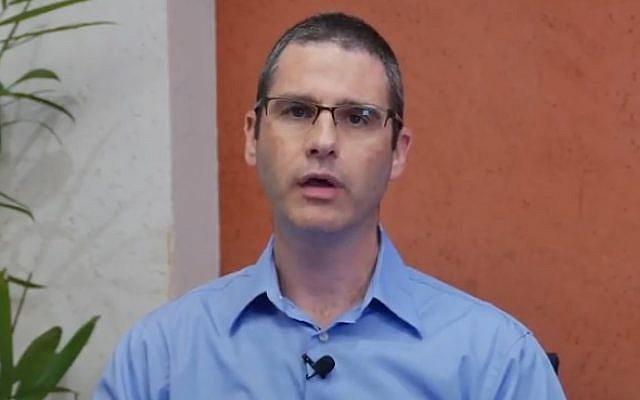 L'enquêteur de l'Autorité des Titres israélienne  Eran Shacham-Shavit (Capture d'écran : YouTube)