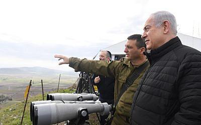 Le Premier ministre Benjamin Netanyahu lors d'une visite des installations de l'armée israélienne sur les hauteurs du Golan, le 6 février 2018 (Kobi Gideon / GPO)