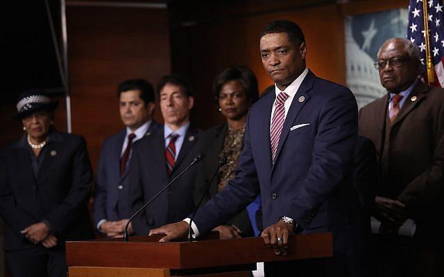 Cedric Richmond, président du caucus noir du Congrès, s'exprimant lors d'une conférence de presse avec des membres du caucus et des membres de la Commission judiciaire de la Chambre des représentants au Capitole américain, le 18 janvier 2018 (Win McNamee/Getty Images)