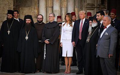Les responsables des églises autour du président américain Donald Trump et de son épouse Melania à l'église du Saint-sépulcre de la vieille Ville de Jérusalem durant la visite de Trump dans la ville, le 22 mai 2017 (Crédit : Nati Shohat/Flash90