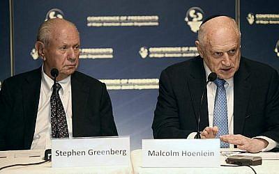 Stephen M. Greenberg, à gauche et Malcolm Hoenlein, de la Conférence des présidents des principales organisations juives américaines, à la conférence de presse à Jérusalem, le 18 février 2016 (COP/Avi Hayun)