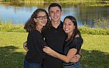 De gauche à droite: Gabby, Cole et Serena Deutch, qui se sont inspirés de l'histoire de Pourim pour leur initiative de collecte de fonds (Crédit :  Gabby Deutch via JTA)
