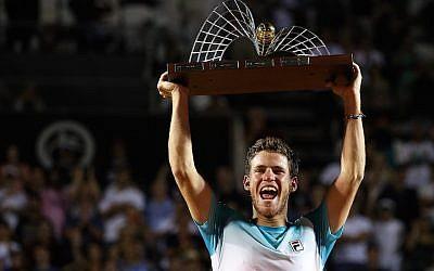 Diego Schwartzman fête sa victoire à l'Open de Rio de Janeiro, au Brésil, le 25 février 2018 (Crédit :  Buda Mendes/Getty Images via JTA)