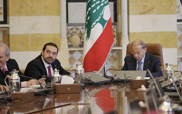 Le président libanais Michel Aoun (à droite) et le Premier ministre Saad Hariri assistent à une réunion au palais présidentiel de Baabda, à l'est de Beyrouth, le 5 décembre 2017 (AFP PHOTO / JOSEPH EID)