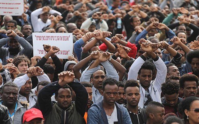 Des demandeurs d'asile africains et des activistes pour les droits de l'Homme manifestent contre le projet d'expulsion devant l'ambassade du Rwanda, à Herzliya, le 7 février 2018 (Miriam Alster / Flash90)