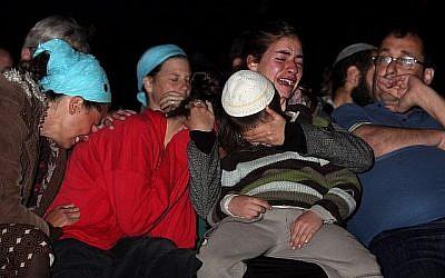 Tamar Fogel (2e g.), qui a perdu ses parents et trois de ses frères lors d'un attentat terroriste dans l'implantation d'Itamar en mars 2011, assiste à une cérémonie commémorative à Jérusalem le 8 mai 2011. (Kobi Gideon/Flash90)
