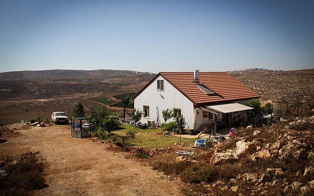 Une maison d'un habitant d'implantation à Esh Kodesh en Cisjordanie, le 20 juillet 2015 (Crédit : Garrett Mills/Flash 90)