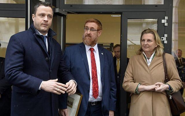 (De gauche à droite) Johann Gudenus, chef du groupe parlementaire du Parti de la liberté autrichien (FPO), Yehuda Glick (Likud) et Karin Kneissl, ministre autrichienne des Affaires étrangères, s'entretiennent avec la presse le 13 février 2018 à Vienne , L'Autriche. (Crédit : AFP / APA / HERBERT PFARRHOFER / Autriche OUT)