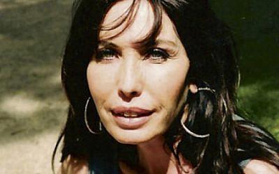"""Hélène Schoumann, directrice du festival du film israélien de Paris regrette la polémique créé par la ministre israélienne de la culture. """"En plus je ressemble à Miri Reguev !"""" plaisante-elle (Crédit: autorisation)"""