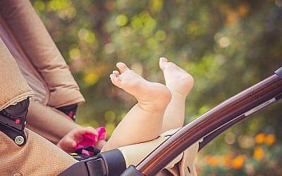 Illustration de bébé dans une poussette. (vitaliksun/iStock par Getty Images)