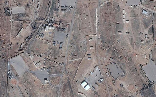 Une photo de la supposée base iranienne en Syrie. Les hangars blancs sont visibles au bas au centre. (Google Maps)