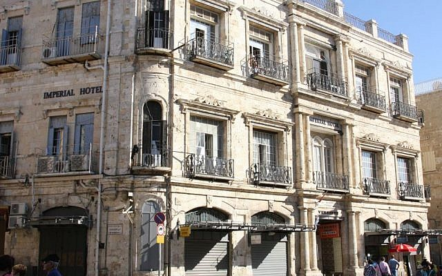L'hôtel Imperial à la porte de Jaffa, dont le bail a été vendu à l'organisation de droite Ateret Cohanim, ce dont le patriarcat grec-orthodoxe a fait appel. (Crédit : Shmuel Bar-Am)