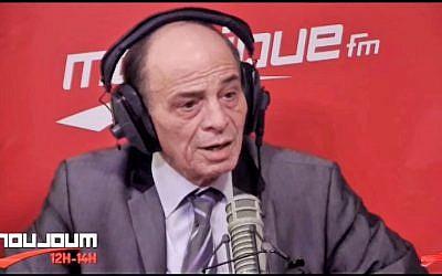 Kacem Kefi dans les studios de radio Mosaïque (Crédit: capture d'écran Youtube/radio Mosaïque)