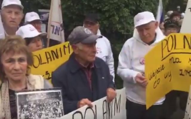 Des rescapés de la Shoah manifestent à l'ambassade de Pologne à Tel-Aviv, le 8 février 2018. (Capture d'écran Twitter)