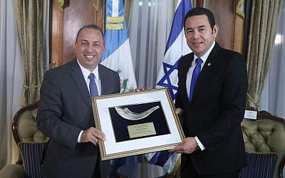 Le président guatémaltèque Jimmy Morales, à droite, recevant un prix du Bnai Brith (Crédit : Bnai Brith)