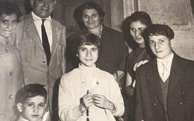 Andre Nathan, né l'année où le gouvernement de Vichy allié aux nazis a révoqué la citoyenneté française des Juifs algériens, se souvient avoir pris cette photo aux abords de la synagogue d'Oran lors d'une fête juive dans les années 1950 (Autorisation :  Nathan via JTA)