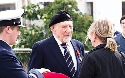Walter Bingham reçoit la légion d'honneur des mains d'Hélène Le Gal, le 15 février 2018 à Haïfa (Crédit: Pierre-Simon Assouline)