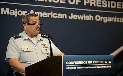 Le commissaire de police Roni Alsheich s'adresse à la mission annuelle de la Conférence des présidents des grandes organisations juives à Jérusalem le 20 février 2018. (Avi Hayoun / Conférence des présidents)