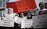Des demandeurs d'asile africains et des activistes pour les droits de l'Homme protestent contre les expulsions devant l'ambassade du Rwanda à Herzliya, le 7 février 2018 (Miriam Alster / Flash90)