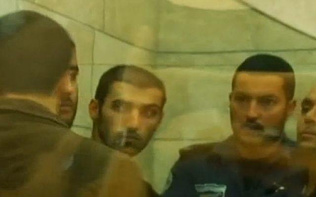 Diab Kahmouz (au centre) apparaît derrière la vitre lors d'une comparution au tribunal (Dixième chaîne)