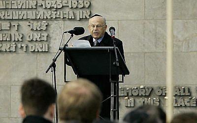 Sam Bloch s'exprimant durant une cérémonie marquant le 60ème anniversaire  de la libération du camp de Bergen-Belsen, le 17 avril 2015 (Crédit :  JOCHEN LUEBKE/AFP/Getty Images)