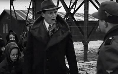 """Une scène de """"La liste de Schindler"""", qui, selon Eva Lavi, correspond à la réalité : les nazis l'avaient séparée de sa mère mais Schindler l'a sauvée en disant aux gardes qu'""""il avait besoin de ses petits doigts pour manipuler les machines"""". (Crédit : capture d'écran/YouTube)"""