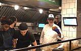 Le chef israélien Eyal Shani prépare une pita dans la branche de New York de son restaurant Miznon qu'il vient d'ouvrir (Crédit : Danielle Ziri/Times of Israel)