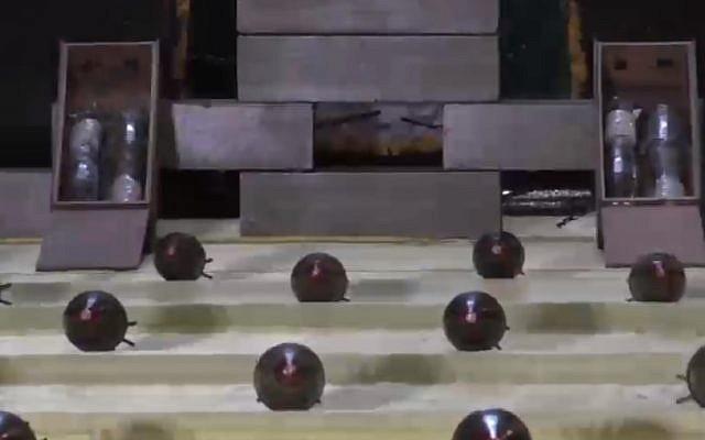"""Des obus de mortier sur une ligne de production dans une vidéo publiée par un groupe terroriste de Gaza avec la légende : """"L'ennemi [Israël] est à portée de nos bombes"""""""